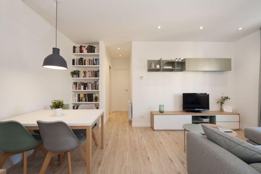 Salone minimalista con una libreria / Bysincro