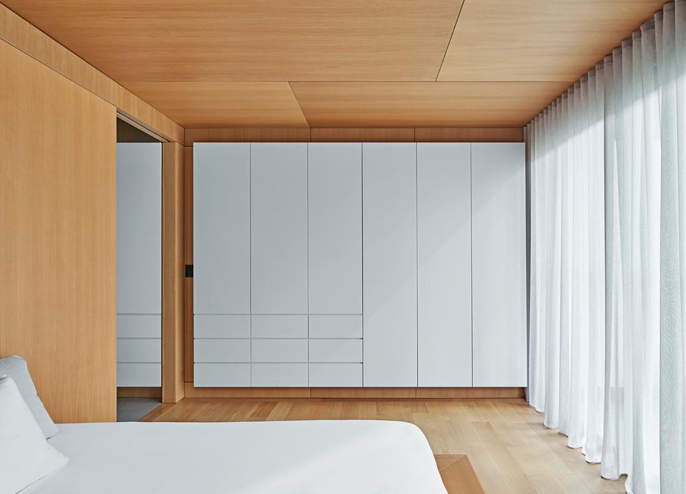 Il bianco contrasta con il legno