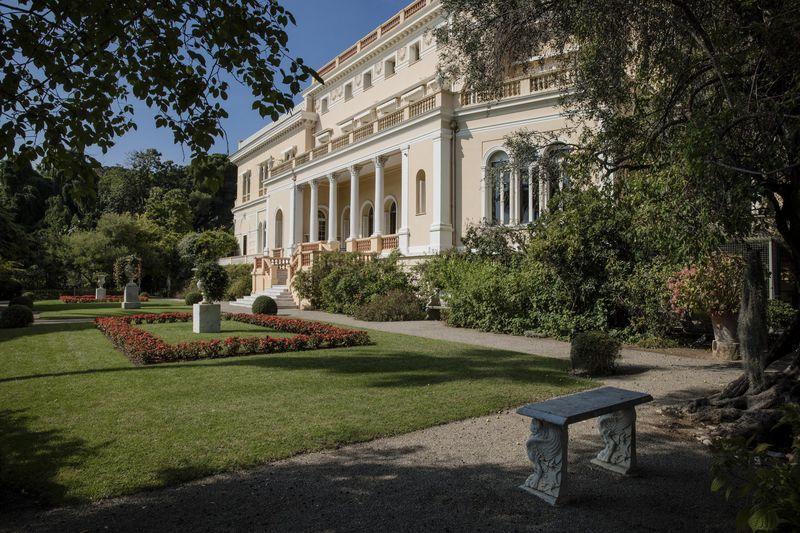La dimora ha un giardino botanico con 14 ettari