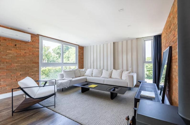 Un grande divano e il camino sono protagonisti