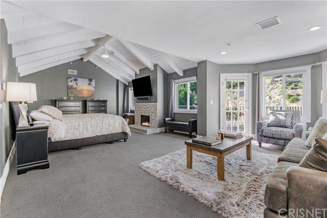 Un'ampia stanza da letto con soggiorno