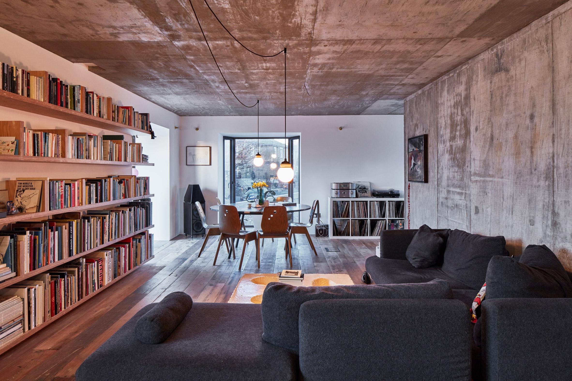 Una libreria e un grande divano, protagonisti dello spazio
