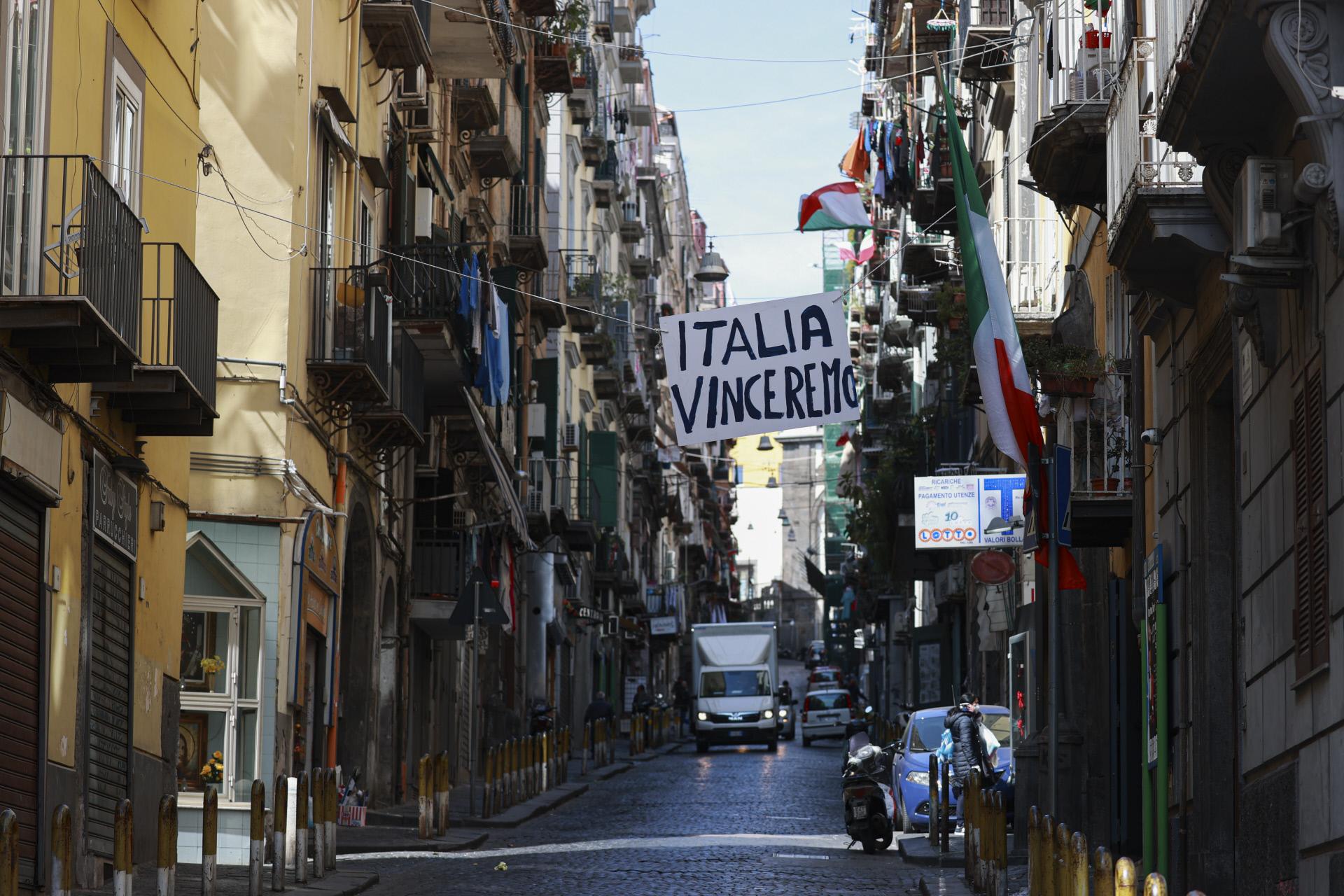 Tricolori sui balconi delle case a Napoli / Gtres