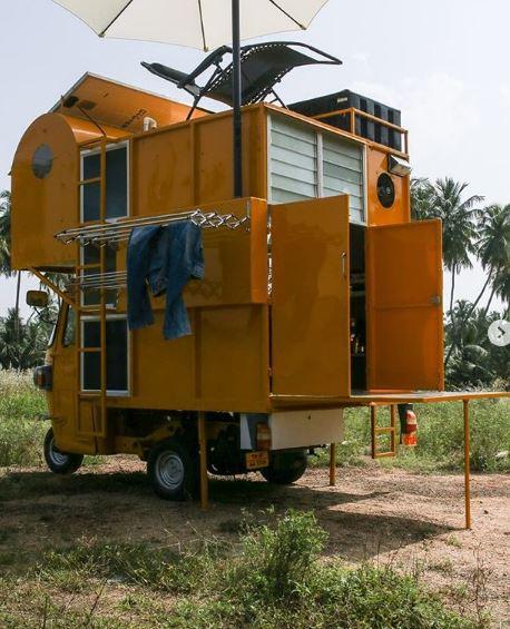 Ha una cisterna d'acqua e pannelli solari