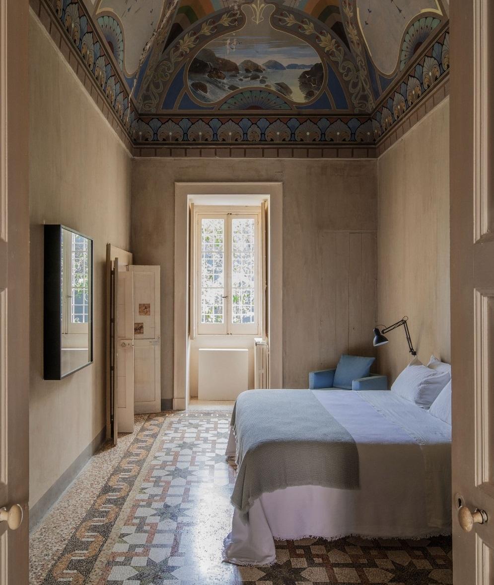 Una stanza moderna con soffitti e pavimenti classici