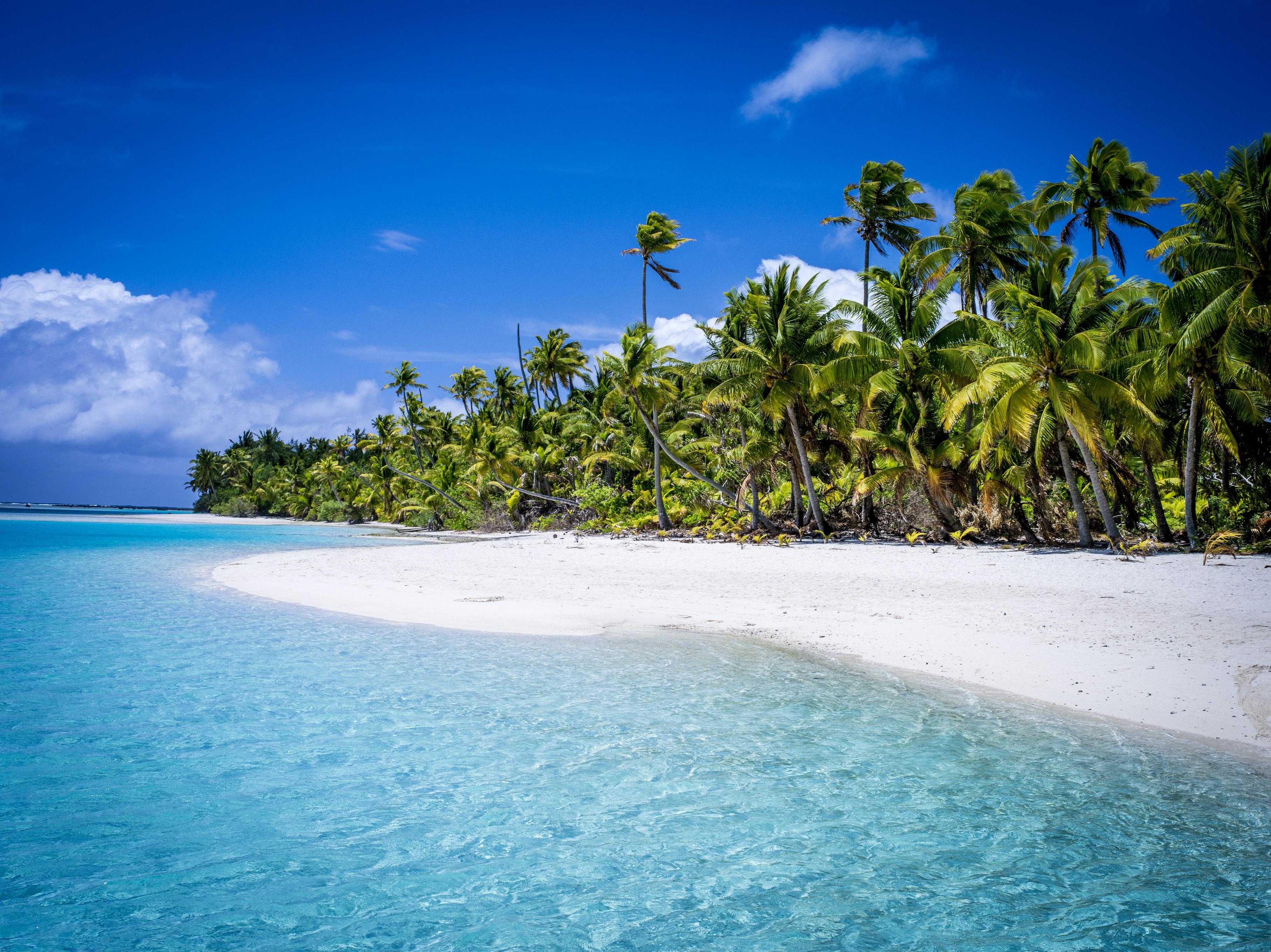 E' stato stabilito una sistema di bandiere installatefuori dalle case / Cook Island Travel