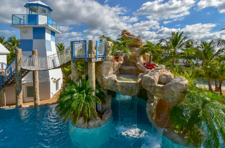 Piscina con cascata, faro e ponte levatoio / Sotheby's International Realty