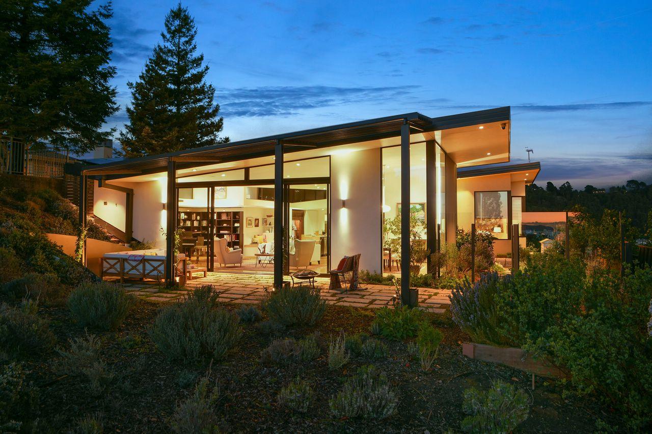 Vista della casa / Open Homes Photography Inc.