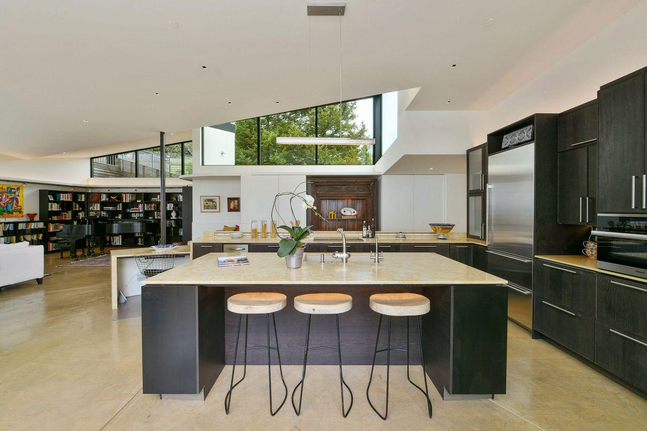 Una cucina aperta / Open Homes Photography Inc.