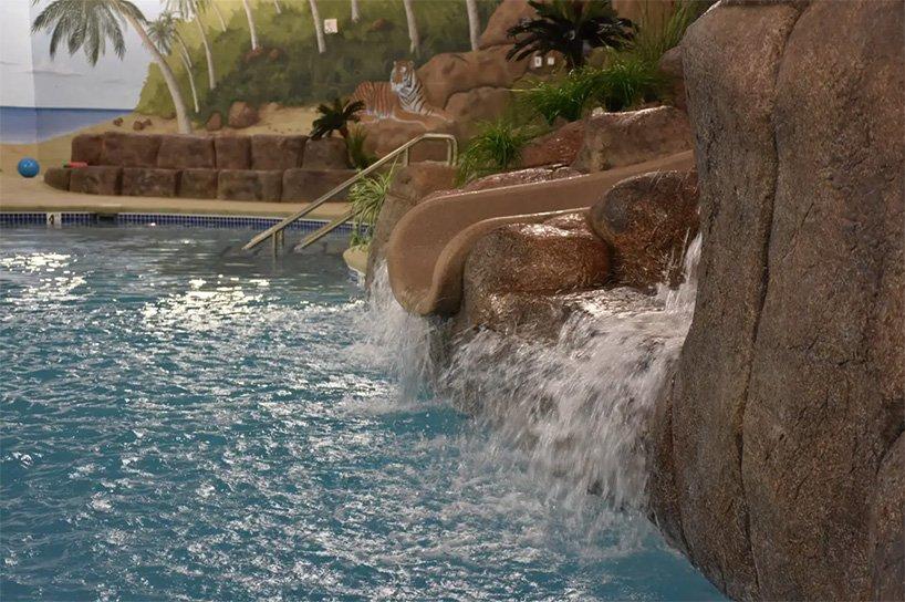 La piscina / Survival Condo