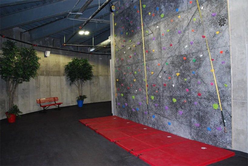 La parete per la scalata / Survival Condo