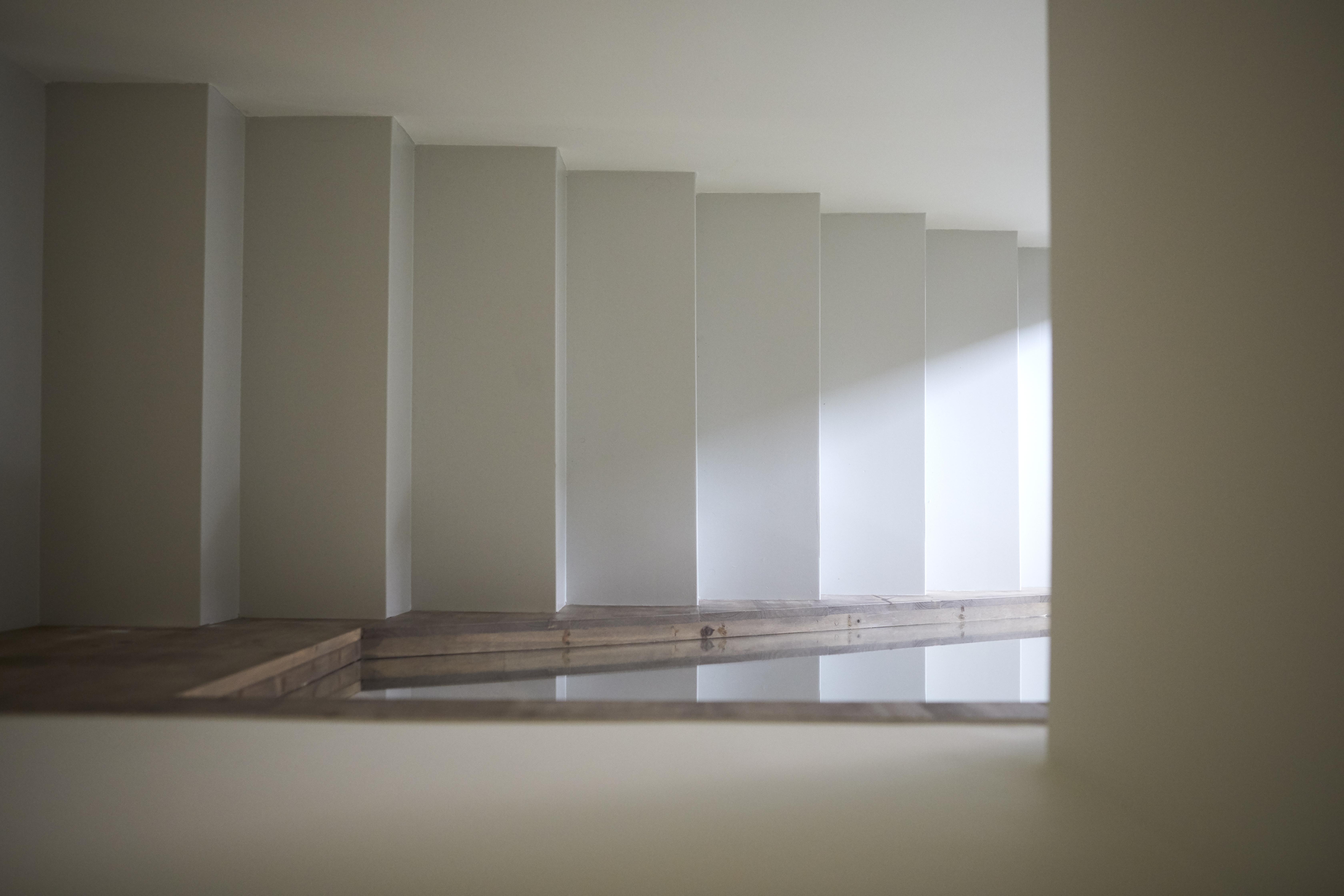 Il corrimano della scala contrasta con gli scalini