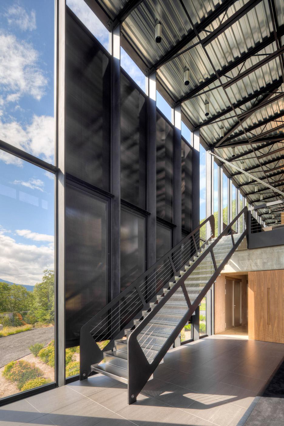 Le grandi scale che uniscono i due piani / Brad Feinknopf