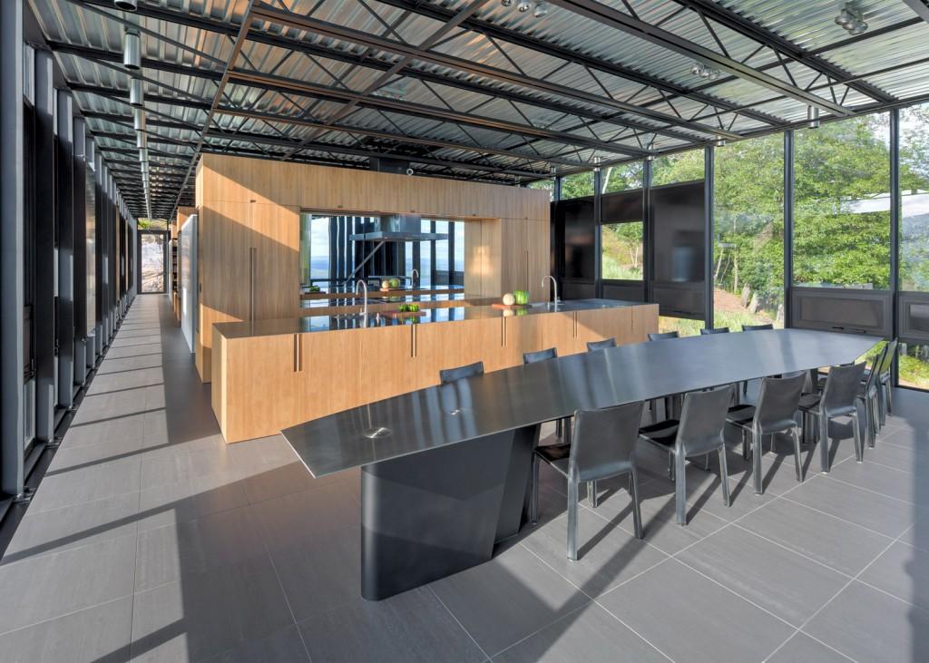 Circondata da vetrate e dal designmoderno / Brad Feinknopf