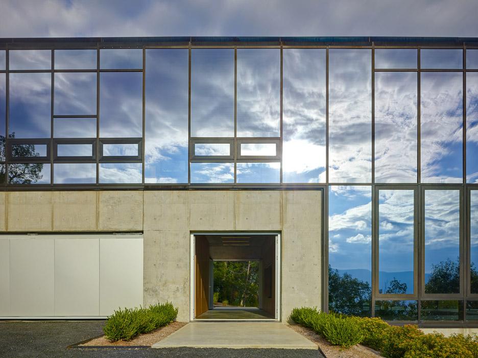 L'acciaio, il vetro, il cemento, la ceramica e il legno rimangono in piena vista / Brad Feinknopf