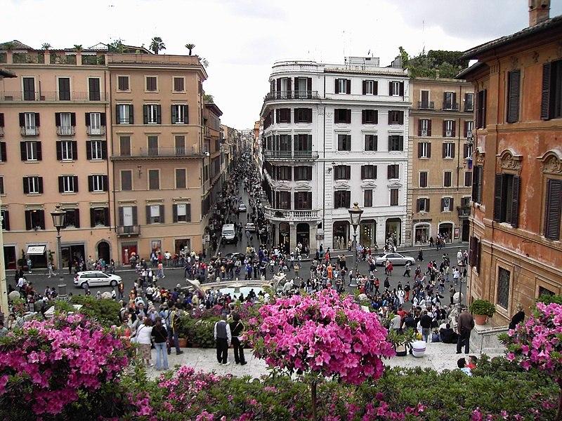 Via dei Condotti vista da Trinità dei Monti, Roma / Wikipedia