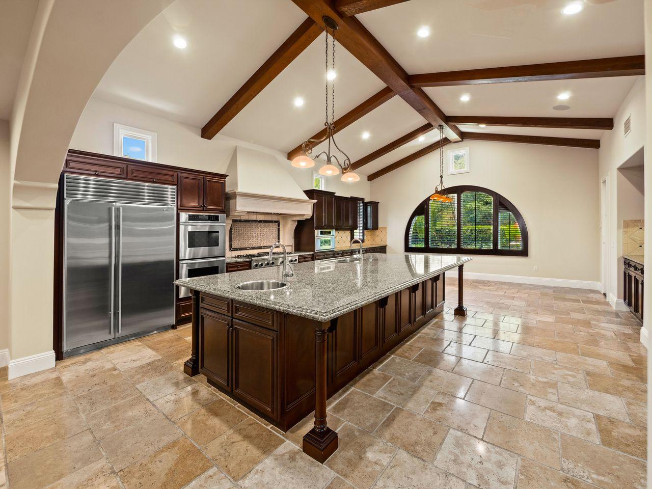 Una grande cucina con isola
