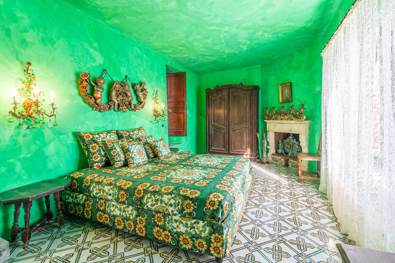 Una stanza da letto verde