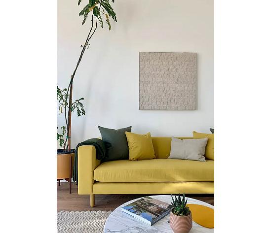 Il divano al centro della stanza