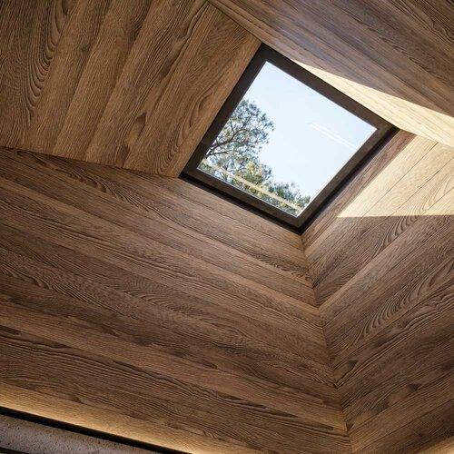 La luce naturale e il legno, imprescindibili del progetto