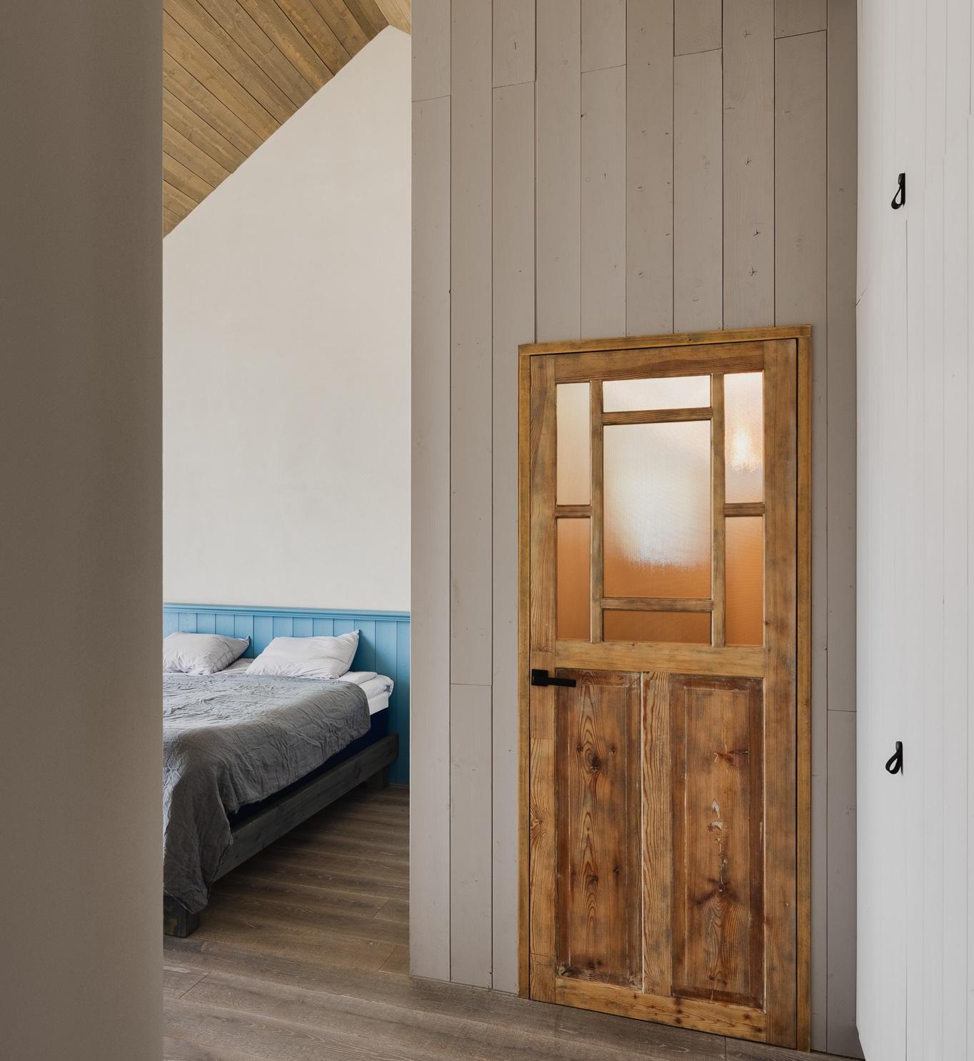 Tetto di legno e pannelli alle pareti