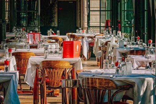 Riaprono ristoranti, boom acquisti mobili e accessori dehor