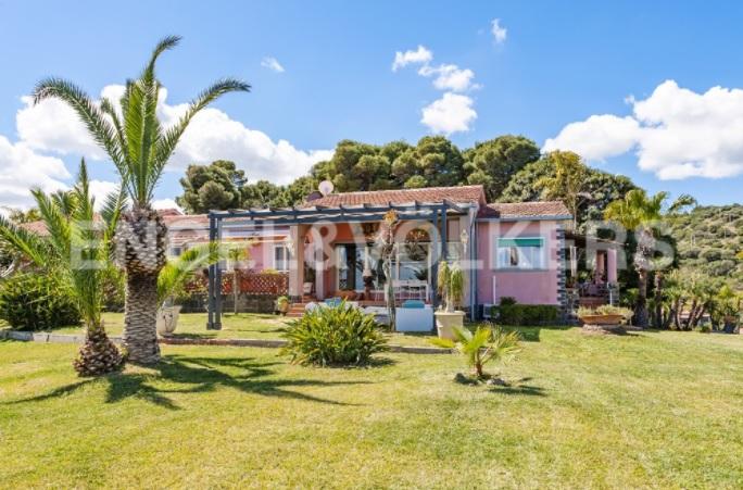 Siracusa, villa con spiaggia privata e parco / Engel & Völkers
