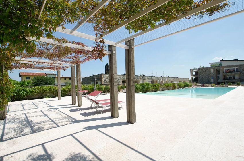 Appartamento su due piani in vendita a desenzano del garda for Piani di casa per la vendita