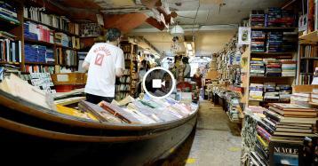 Tra gatti, gondole e alta marea una visita tra gli scaffali della Libreria Acqua Alta a Venezia