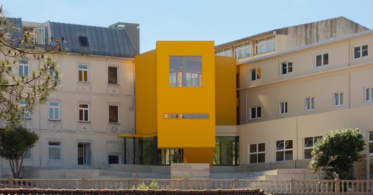 Uno studio di architettura trasforma questa scuola di musica in un originalissimo edificio