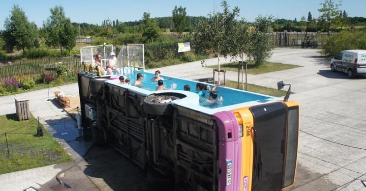 Un vecchio autobus francese diventa una piscina urbana