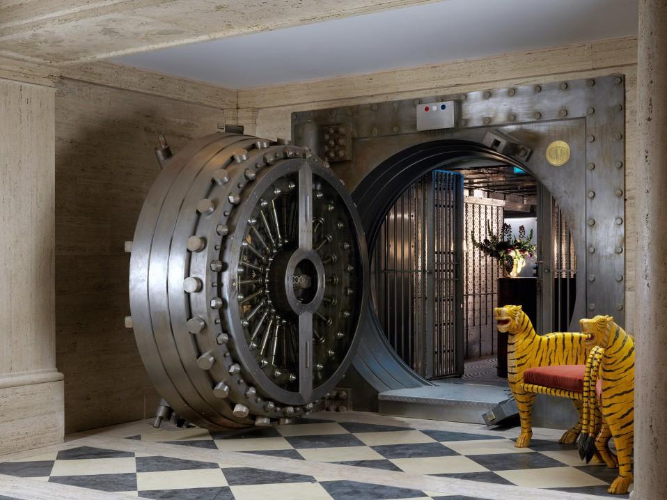 Hotel Di Lusso Interni : Un antica banca trasformata in un hotel di lusso e con un bar all