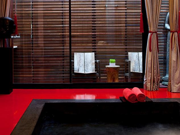 Avresti il coraggio di bagnarti nell'unica piscina rossa del mondo?