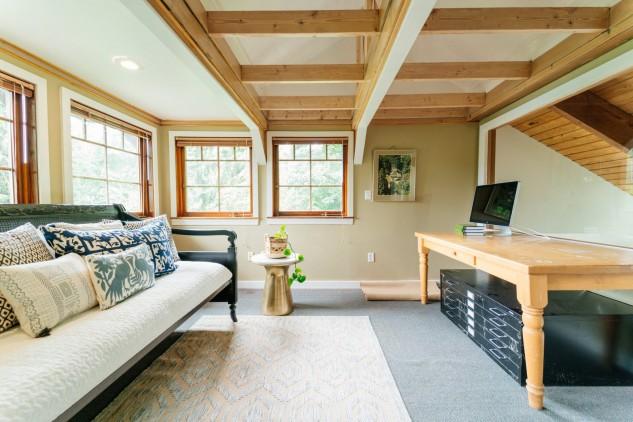 Una casa in legno completamente riciclata con tronchi for Una casa di tronchi con garage