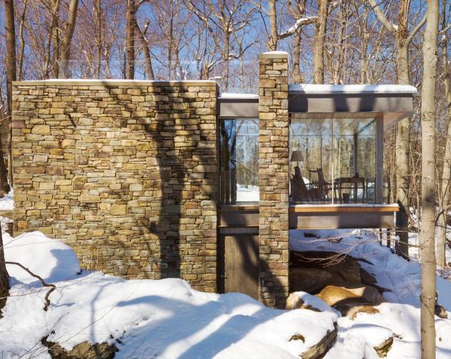 Le ampie vetrate fanno entrare la luce naturale
