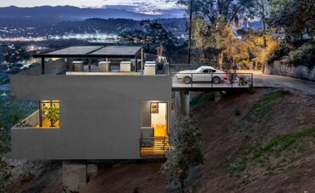 Una villa con il garage sul tetto e le stanze da letto al ...