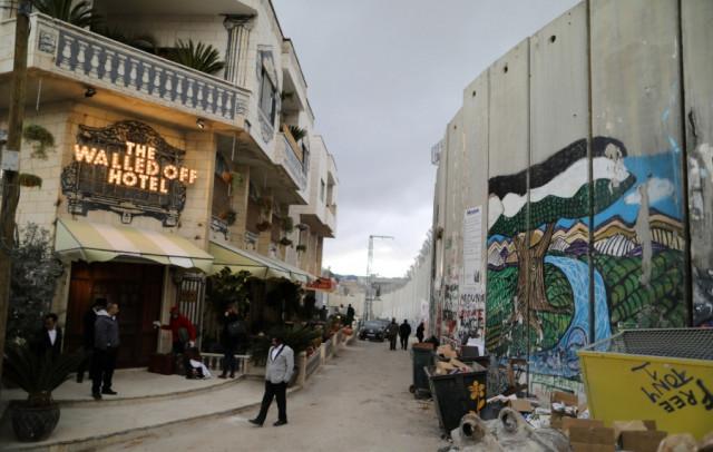 Immagine  - The Walled Off Hotel, l'albergo di Banksy di fronte al muro tra Israele e Palestina