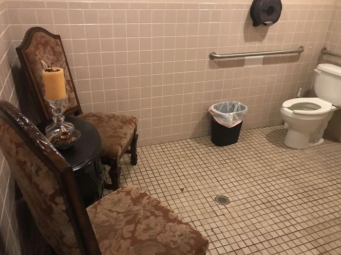 7 bagni pubblici che vi faranno morire dalle risate o di paura