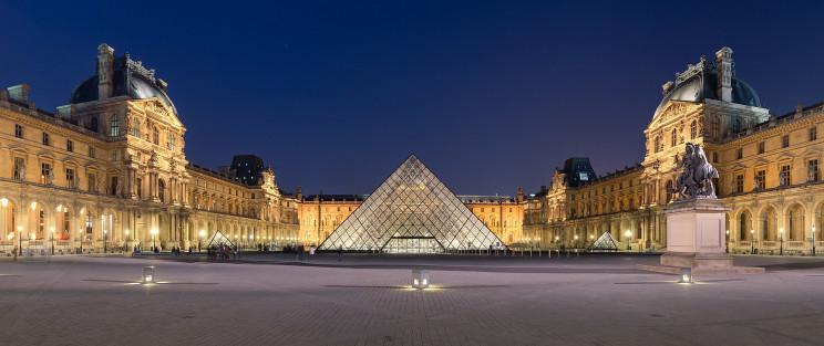 La piramide del Museo del Louvre