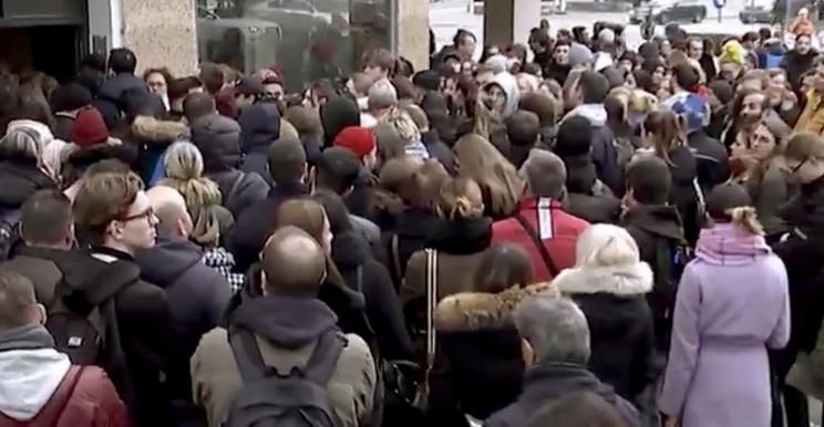 La folla per vedere un appartamento a Berlino