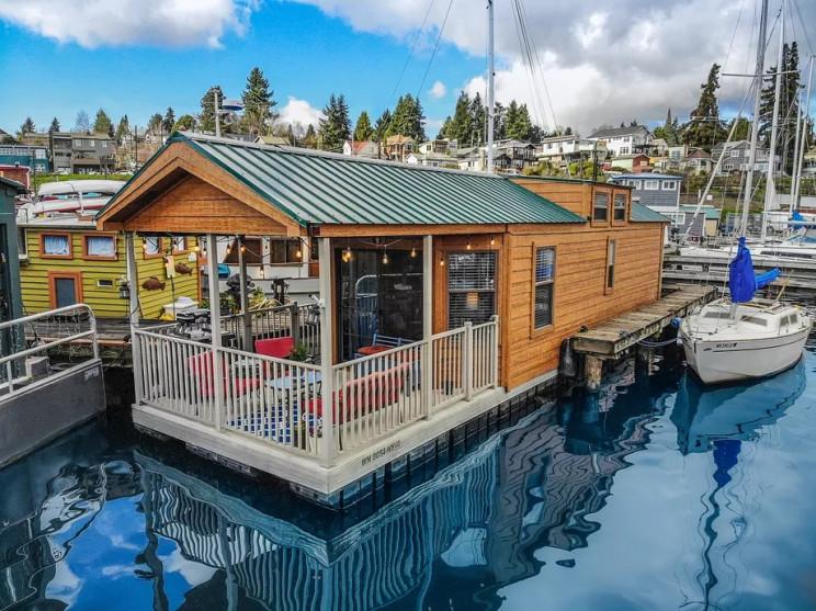 Una casa galleggiante sul lago